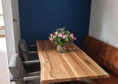 Houtvision-sloophout-maatwerk-tafel-op-maat-staal-gebruikt-hout-eettafel-boomstamblad-eiken-blank-v-poot-schuin-zwart-rand-carmen-zithoek (1)