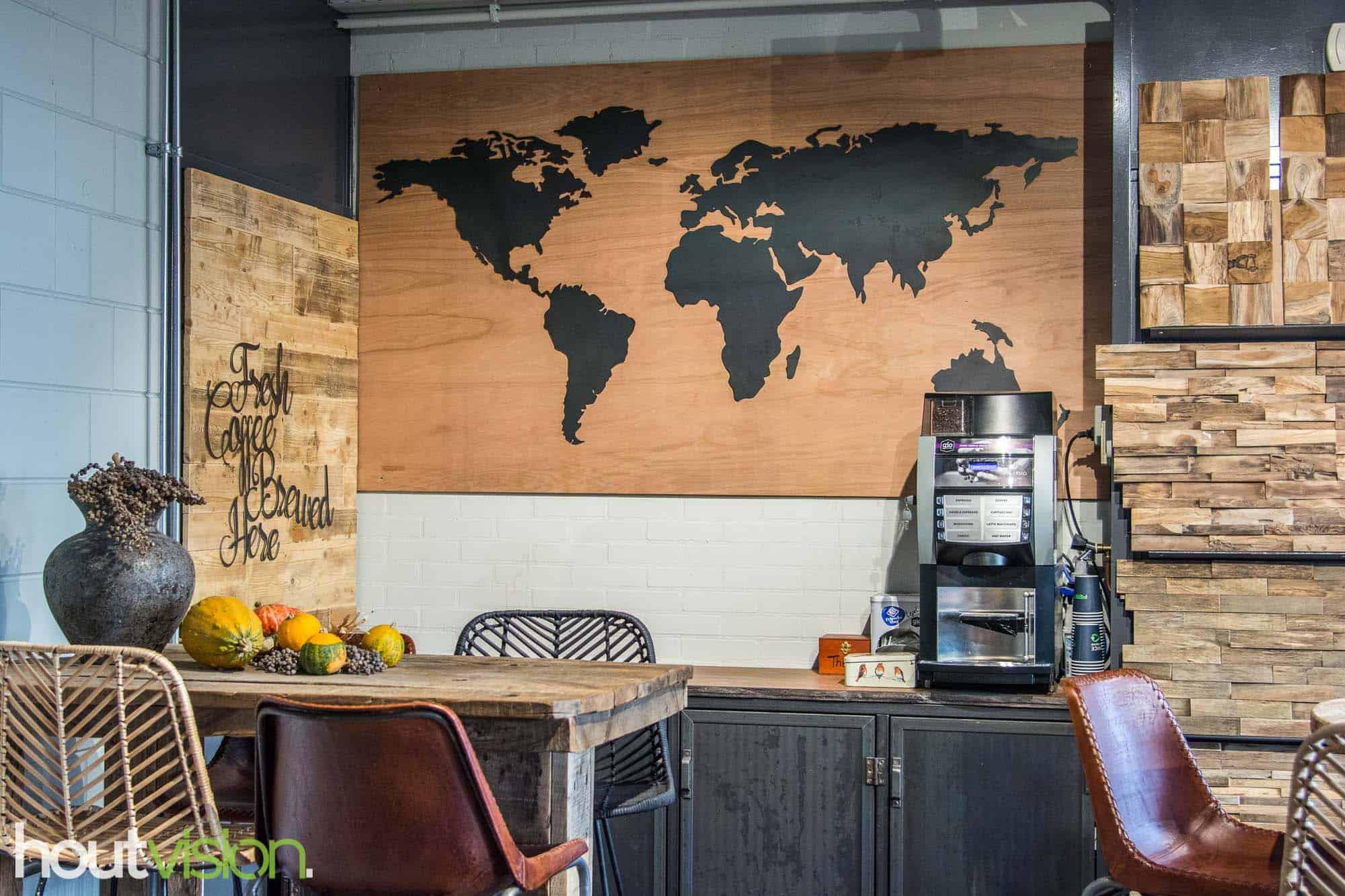 koffiecorner Houtvision, blauwstaal, wereldkaart, luxe hardhout meerpalen dressoir, bartafel sloophout