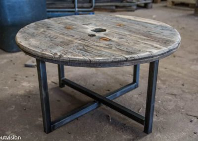 Houtvision-salontafel-rond-industrieel-oud-hout-kabelhaspel-schijf