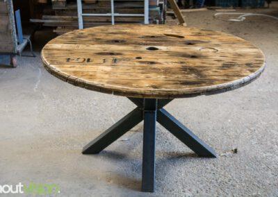 Houtvision-sloophout-maatwerk-industriële-meubelen-hout-staal-eettafel-op-maat-oud-gebruikt-kabelhaspel-rond-matrix-tafelpoten-4