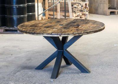 Houtvision-sloophout-maatwerk-industriële-meubelen-hout-staal-eettafel-op-maat-oud-gebruikt-kabelhaspel-rond-matrix-tafelpoten-pa