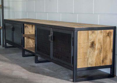 Houtvision-sloophout-maatwerk-industriële-meubelen-hout-staal-tv-meubel-op-maat-oud-gebruikt-steigerhout-stalen-deuren-pa