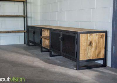 Houtvision-sloophout-maatwerk-industriële-meubelen-hout-staal-tv-meubel-op-maat-oud-gebruikt-steigerhout-stalen-deuren-zwart-3