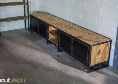 Houtvision-sloophout-maatwerk-industriële-meubelen-hout-staal-tv-meubel-op-maat-oud-gebruikt-steigerhout-stalen-deuren-zwart-4