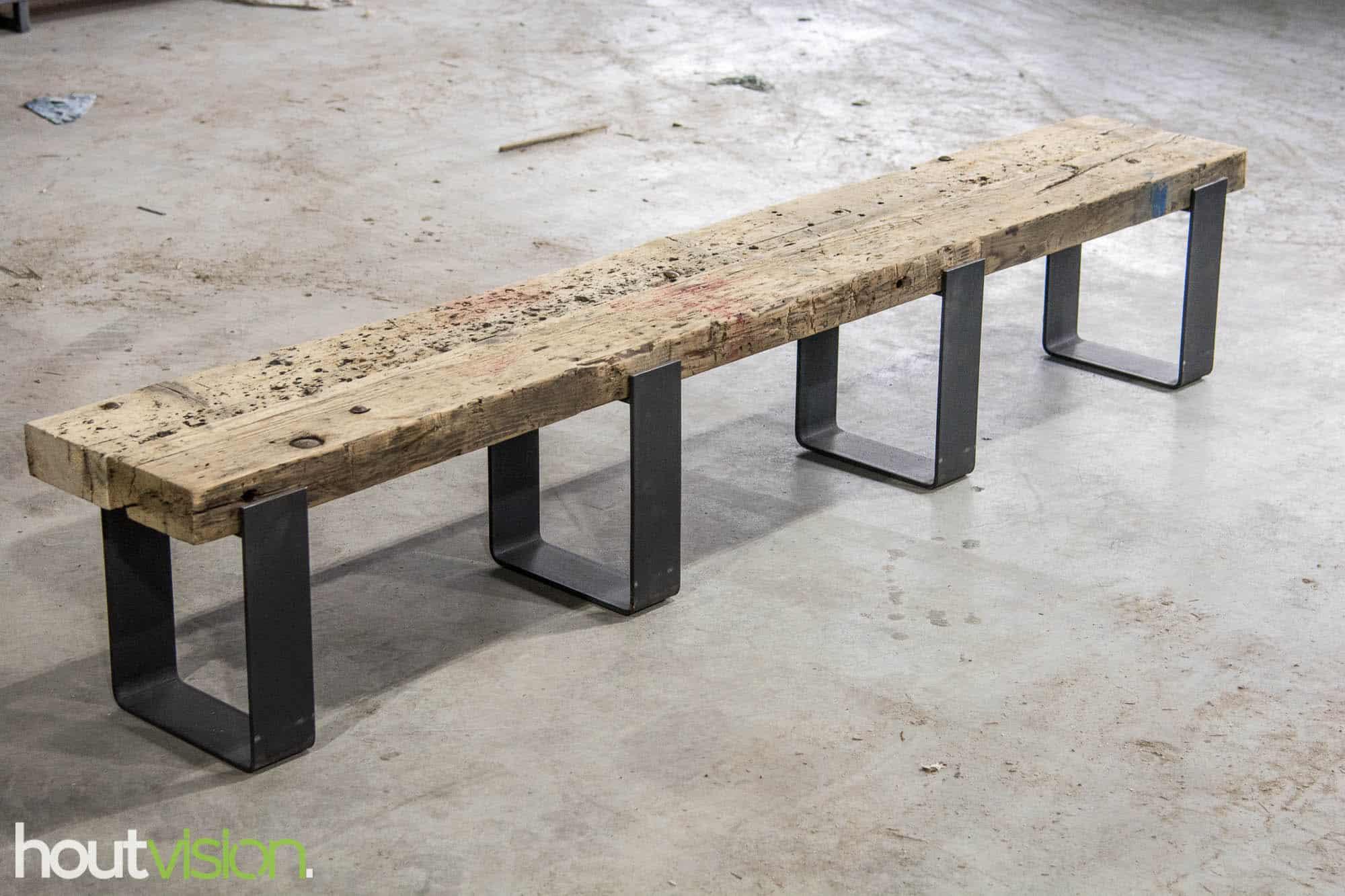tv-meubel oude spoorbiels zware balk boomstam draglineschot gekke stukken hout slanke stalen strips onderstel