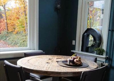 Houtvision-sloophout-meubelen-op-maat-maatwerk-eettafel-rond-eetkamertafel-kabelhaspel-staal-zwart-industrieel-gerecycled-gebruikt-oud-5