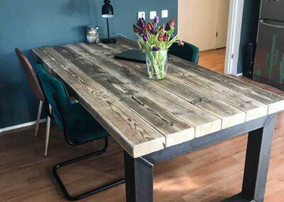 Houtvision-sloophout-tafel-10x10-koker-staal-badding-balken-oud-hout-eettafel