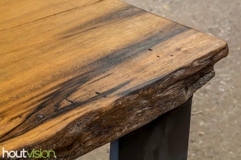 Eettafel meerpalen hout met stalen onderframe staalkokerprofiel 1*10cm met tafelblad van Meerpalenhout Groenhart