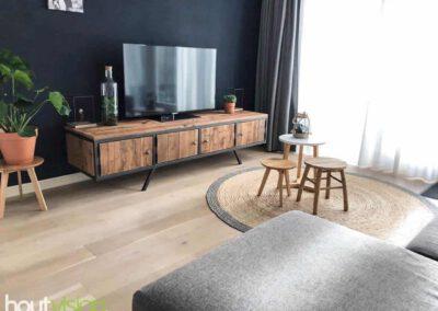 houtvision-sloophout-maatwerk-meubelen-op-maat-industrieel-tv-kast-meubel-staal-haagse-poten-schuin-plato-hout-roodbruin-mangohout-retro-vintage