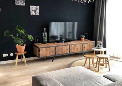 houtvision-sloophout-maatwerk-meubelen-op-maat-industrieel-tv-kast-meubel-staal-poten-schuin-plato-hout-mangohout-retro-vintage-productafbeelding