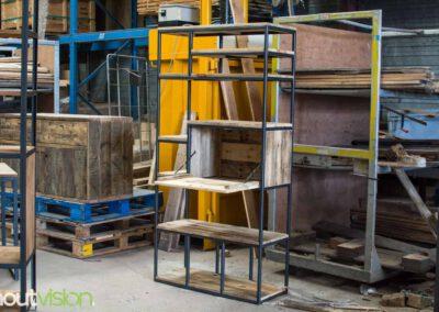 houtvision-sloophout-maatwerk-meubelen-op-maat-industriele-bar-kast-gebruikt-oud-hout-ontspijkerde-pallet-planken-staal-frame-stalen-klep-1