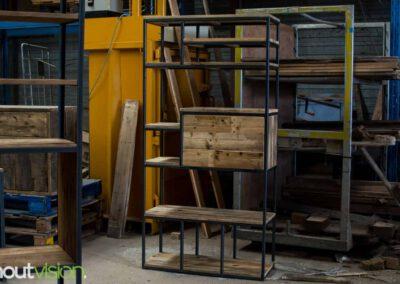 houtvision-sloophout-maatwerk-meubelen-op-maat-industriele-bar-kast-gebruikt-oud-hout-ontspijkerde-pallet-planken-staal-frame-stalen-klep-2