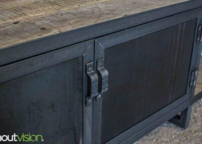 houtvision-sloophout-maatwerk-meubelen-op-maat-kast-dressoir-tv-meubel-stalen-deuren-deurtjes-staal-industrieel-blauwstaal-warmgewalst-1