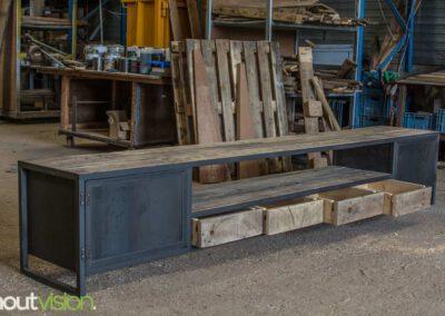 houtvision-sloophout-maatwerk-meubelen-op-maat-tv-meubel-industrieel-stalen-deuren-laden-xl-frame-blauwstaal-plaat-industrie-hout-5