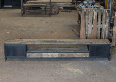 houtvision-sloophout-maatwerk-meubelen-op-maat-tv-meubel-industrieel-stalen-deuren-laden-xl-frame-blauwstaal-plaat-industrie-hout-9