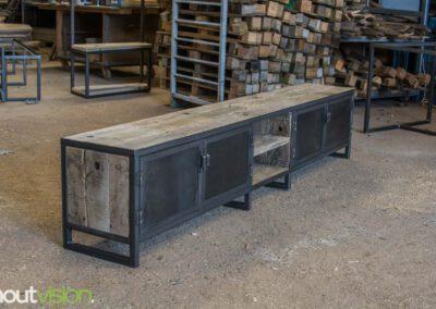 houtvision-sloophout-maatwerk-meubelen-op-maat-tvmeubel-tv-meubel-industrieel-stalen-deuren-frame-blauwstaal-plaat-industrie-hout-1