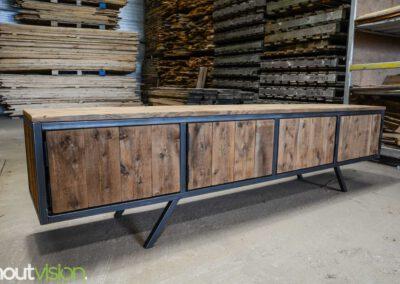 houtvision-sloophout-maatwerk-meubelen-plato-rood-gebruikt-hout-tvmeubel-staal-schuine-poten-industieel-7