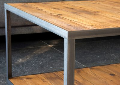 houtvision-sloophout-maatwerk-salontafel-tafel-staal-stalen-hoekprofiel-oude-kaasplanken-plato-hout-slank-modern-industrieel-pa
