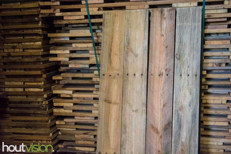 Sloophout van ontspijkerde palletplanken. Goed te werken, gave bruin- grijzige hout tinten, met waterschade wat het hout ten goede is gekomen.