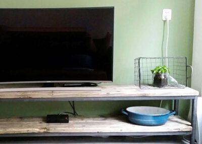 houtvision-sloophout-tv-meubel-tribune-hout-op-staal-maatwerk-industrieel-frame-onderstel-steigerhout-productafbeelding