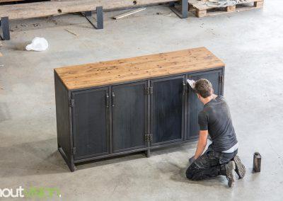 Houtvision-sloophout-industriele-meubelen-op-maat-oud-gebruikt-hout-plato-dressoir-stalen-deuren-blauwstaal-1
