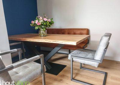 Houtvision-sloophout-maatwerk-tafel-op-maat-staal-gebruikt-hout-eettafel-boomstamblad-eiken-blank-v-poot-schuin-zwart-rand-carmen-zithoek (2)